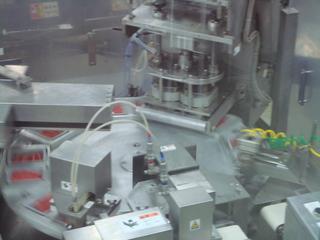 機械による梱包.JPG